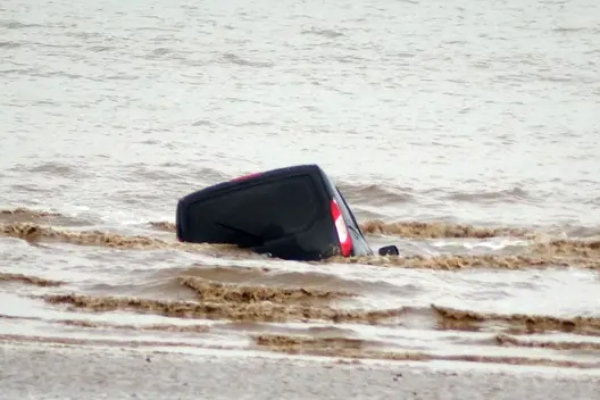 Jedan turista nemo je posmatrao svoj voljeni Ford kako tone