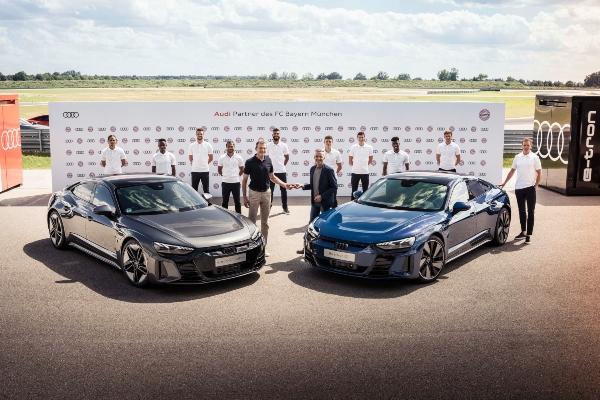 Igračima i upravi minhenskog kluba uručeni ključevi novih Audi modela