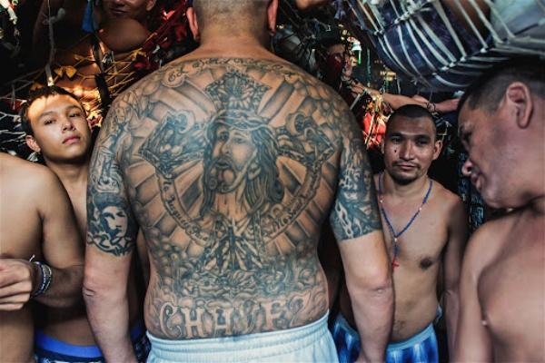 Salvadorski gangster naterao Ros Kempa da jede nepečenu piletinu