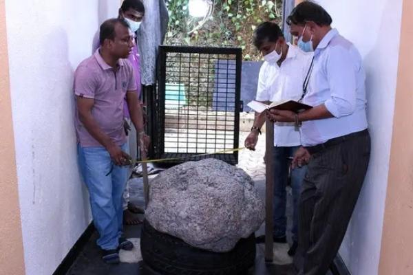 Čovek kopajući bunar pronašao najveći grumen safira na svetu