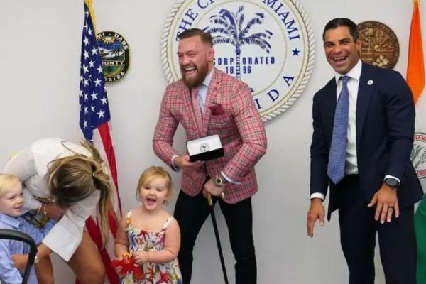Gradonačelnik Majamija svečano uručio ključeve grada svom bludnom sinu