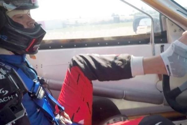 Momak koji je postao prvi profesionalni sportski vozač bez ruku