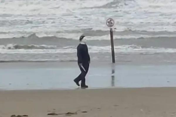 Majkl Majers u šetnji plažom uznemirio brojne prolaznike